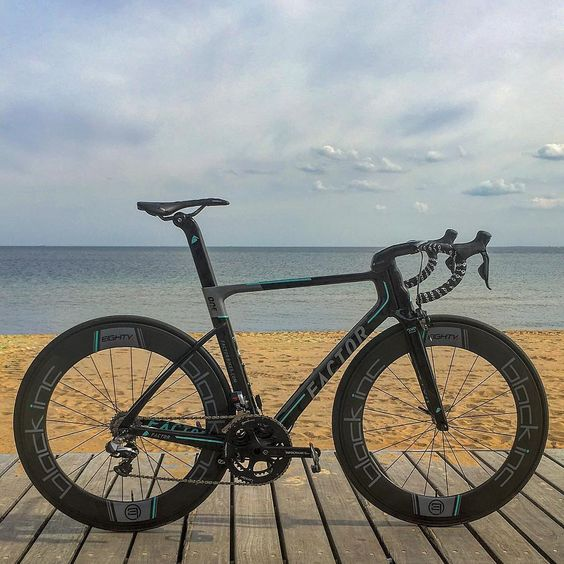 The @oneprocyclingofficial edition ONE had an outing today in honour of @herrmortensen's win at Tro Bro Leon #trobroleon #oneprocyclingofficial #factorbikes #factorONE #blackincwheels #bikeporn #superbike #hyperbike #beach #bikesofbeauty #bikestagram #triathlon #martinmortensen