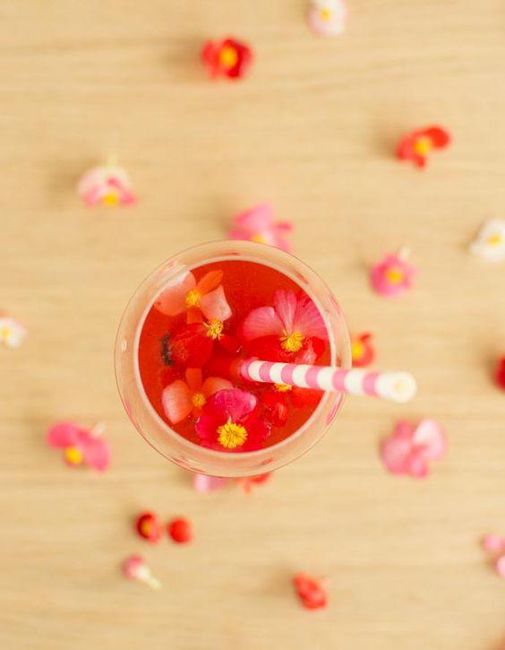 Recette Spritz au jus de cranberry : Coupez le citron en deux et extrayez-en le jus à l'aide d'un presse agrumes.Servez directement dans un verre à cockta...