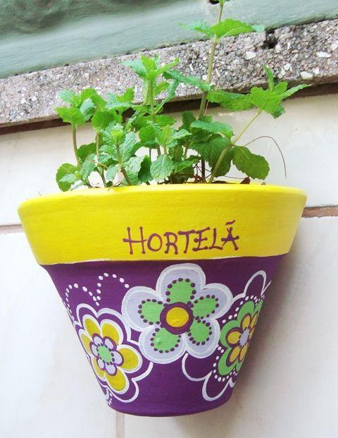 A hortinha caseira nunca esteve tão em evidência como nestes últimos anos, por que além de fornecer ervas, temperos e verduras fresqu...:
