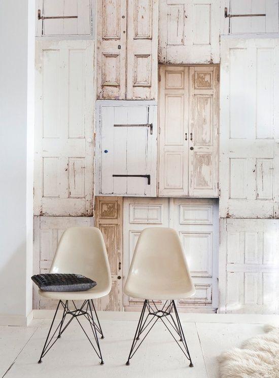 wallpaper with old doors, fun seating | Behang van Onszelf