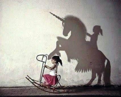 La imaginación es el lápiz con que el niño pinta sus mejores aventuras. ¡Feliz Jueves!