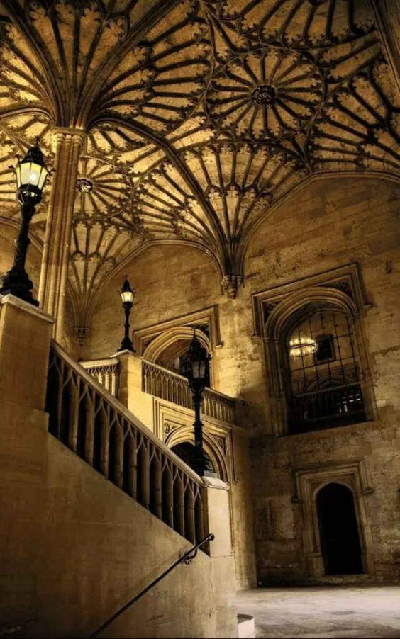 Les escaliers menant au premier étage. 514ed335e905b997f9744f48293b4623