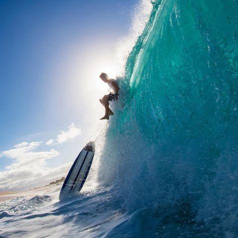 まさに波に乗るサーファー