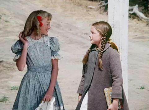Nellie Oleson (Aluson Arngrim) y Laura Ingalls (melissa Hiolbert) en la serie de TV.