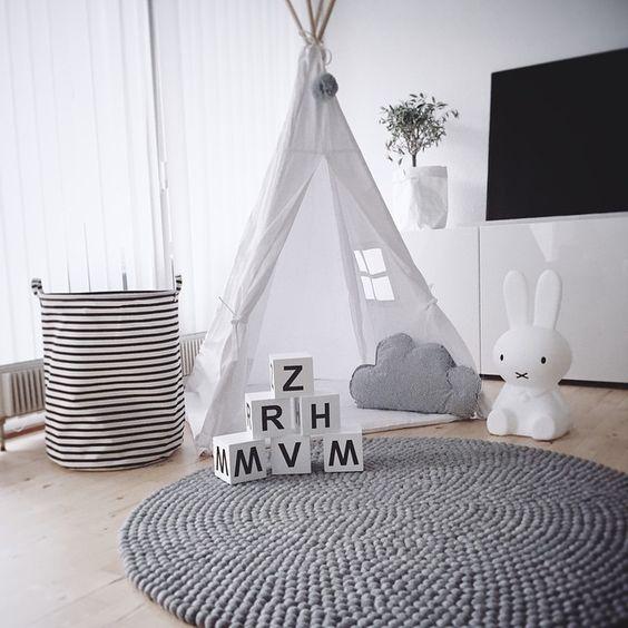 kinderzimmer einrichten babybett holz ovales design teppich streifen - teppich wohnzimmer grau