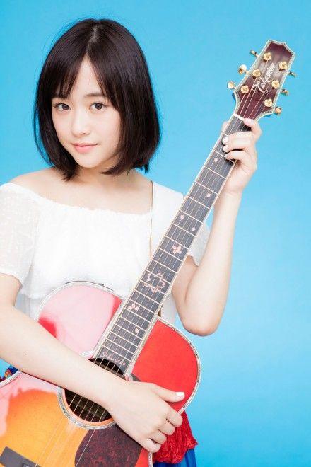 ギターを持つ大原櫻子