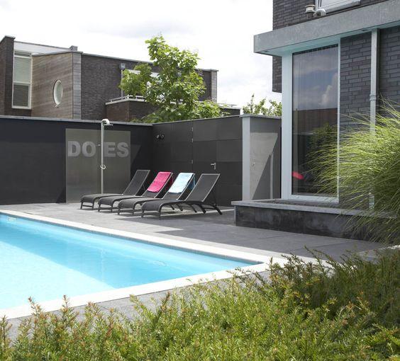 Strakke tuin moderne tuin zwembad buiten douche jacuzzi exclusieve tuinmeubelen - Moderne buitentuin ...