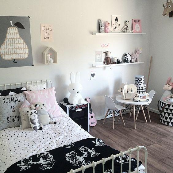 Une jolie chambre de fille dans les tons noir blanc rose for Chambre noir blanc rose