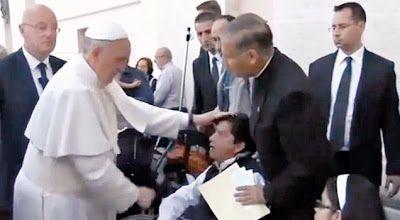 Papa Francisco realiza exorcismo. Vídeo disponível no Youtube.