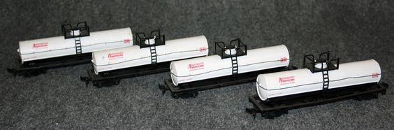 Vagó cisterna: Composició de 4 vagons cisterna tipus americà pel transport de productes químics. Són de color blanc amb inscripcions en vermell. Vagón cisterna: Composición de 4 vagones cisterna tipo americano para el transporte de productos químicos. Son de color blanco con inscripciones en rojo.