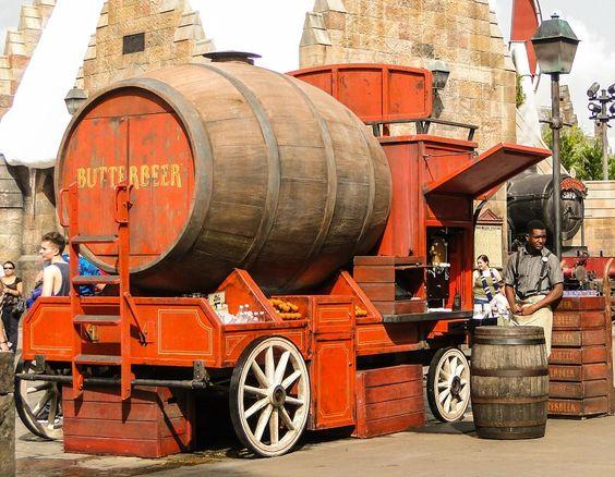 Carrinho da ButterBeer bem no centro de Hogsmeade...