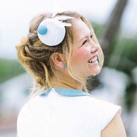 Nelly-Mini-Pillbox für die Brautfrisur mit Knopf in Aqua-Türkis und Federn in Elfenbein passend zum Brautkleid.