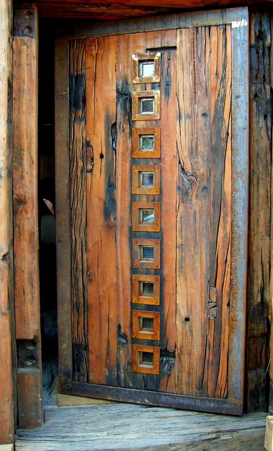 Puerta principal de roble r stico con ventanas de fierro - Puertas de roble ...