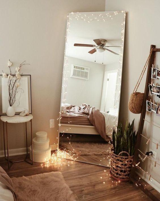 Multiplier les guirlandes lumineuses fines à LED dans un coin de votre chambre. Avec un panier et des plantes, c'est le spot parfait pour vos photos Instagram