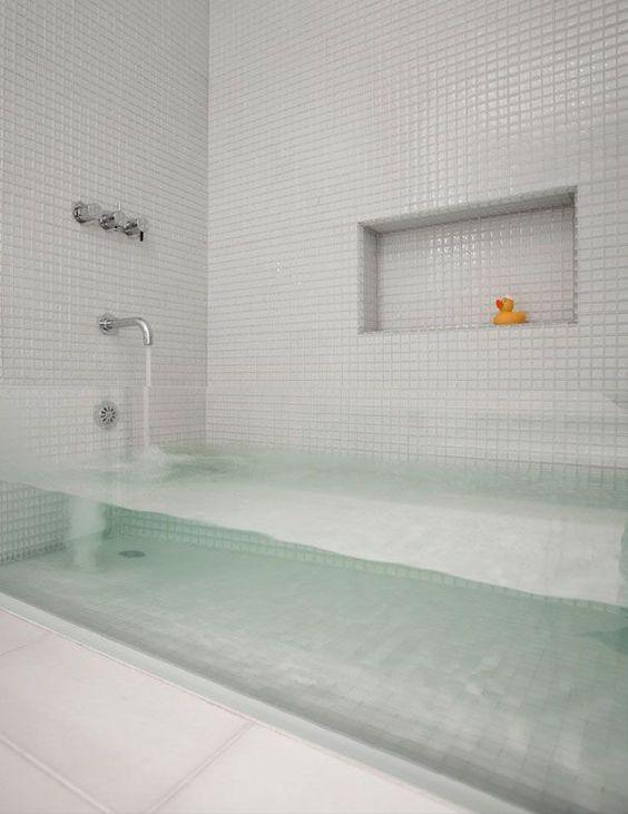 Une baignoire transparente. Une autre idée originale pour rendre sa maison unique. Mais est-ce réalisable?: