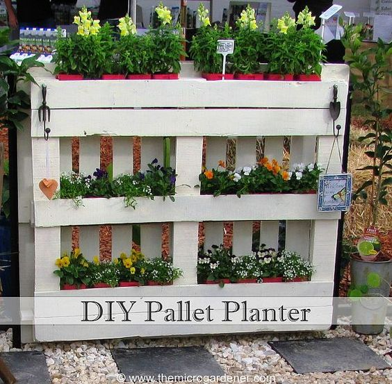Diversas formas de reciclar con arteDIY Pallet Planter- very cool for patio gardening: