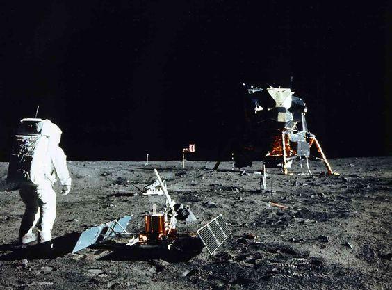 月面で作業をしてる姿