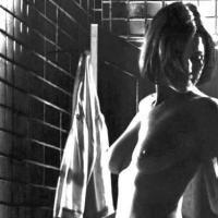 La superbe comédienne Carla Gugino... se dévoile totalement pour vous ! Et c'est très beau...