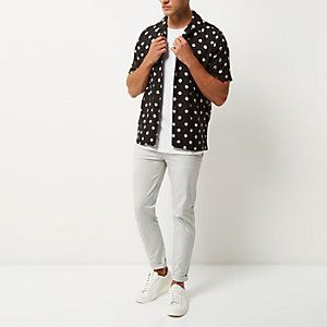 Chemise à pois noire avec manches courtes