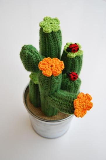 Cactus realizado con lana y decorado con flores de dos colores verde y naranja. Lleva como decoración dos mariquitas que puedes personalizar en número y color: