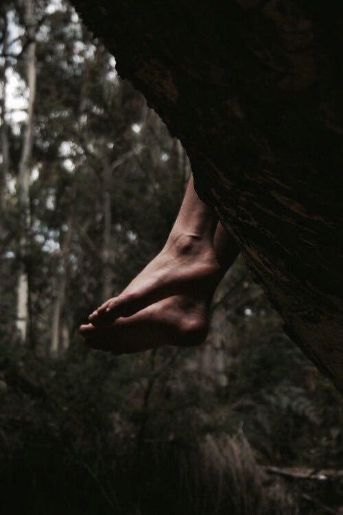 19-Ciò detto, sollevò l'arco e scagliò la freccia. Il dardo argentato strappò il piccolo arco dalle mani del dio, che cadde all'indietro per la sorpresa e precipitò a terra. Quando si rialzò, vide che Apollo era già lontano. La rabbia gli riempì gli occhi di lacrime.