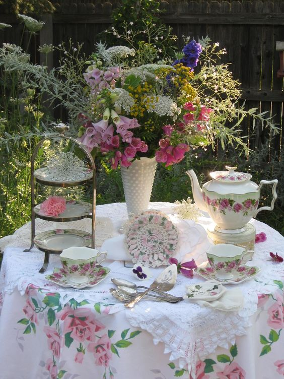 Bernideen's Tea Time, Cottage and Garden: TEA IN THE GARDEN