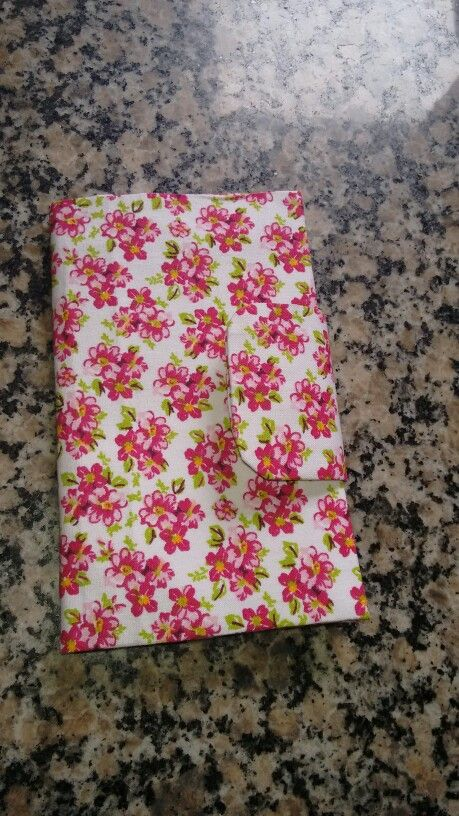 Carteira com estampa floral feita com  caixinha de leite