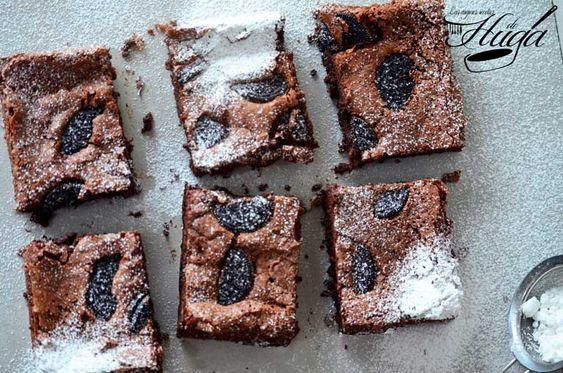 Chocolate, chocolate, quiero mas chocolate. Espero que este brownie con sorpresa de Oreo sacie por unos días vuestras ansias de chocolate. Esos días que todos tenemos, en los que nuestro cuerpo requiere de la onza de la felicidad. Por si no era suficiente le ponemos la sorpresa que hará