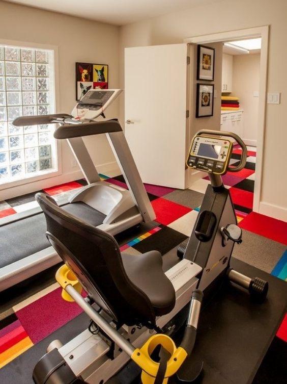 fitnessstudio zu hause einrichten bunter teppichboden beige - ideen heim fitnessstudio einrichten