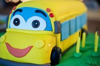 School bus Birthday Cake - La Forge à Gâteaux #SchoolBusCake www.laforgeagateaux.com
