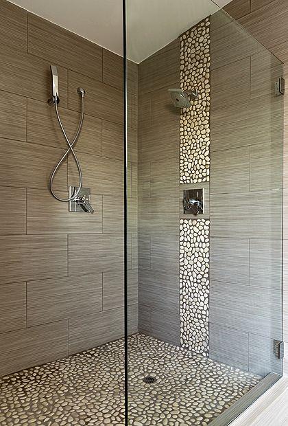 banheiro com revestimento pedra seixo