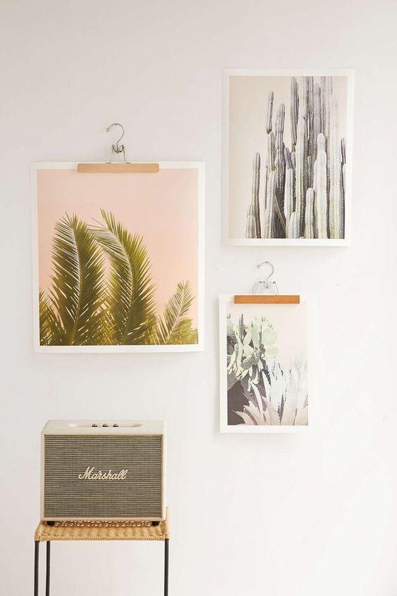 Affiches Wilder California, de 34,50 euros à 52 euros, www.urbanoutfitters.com. Cintre jupe ou pantalon en bois, 2,58 euros l'un, Monoprix.fr.