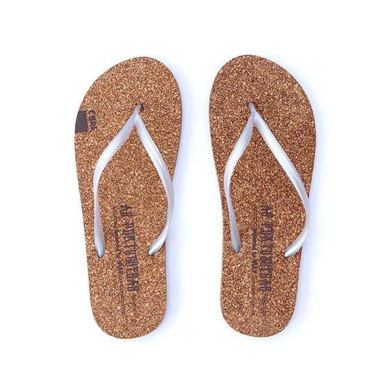 As Portuguesas são sandálias de praia feitas em cortiça. Não são nem Havaianas nem Ipanemas, são As Portuguesas, as sandálias de praia que vêm substituir todas as outras sandálias de praia. Escolha o seu tamanho.