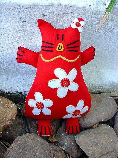 Esta gatinha foi produzida por minha mama! Ela fez os bordados, apliques e acabamento final! Ela não resistiu e fez esta gata vermelha, na sua cor preferida! =)
