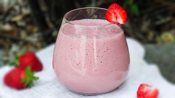 Aprenda a preparar caipirinha de morango com leite condensado com esta excelente e fácil receita.  Se você gosta de drinks doces, não pode deixar de experimentar est...