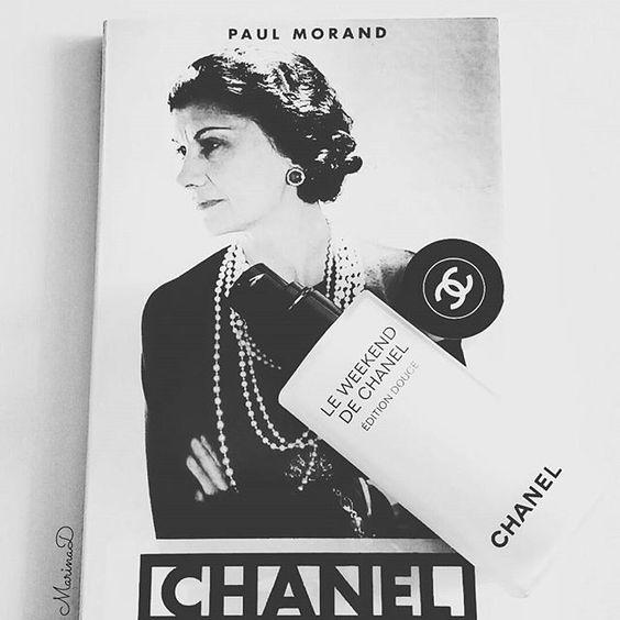 Pronta per il #weekend... in compagnia di un libro intimistico, che svela la vera anima di Coco, e il nuovissimo Le Weekend de Chanel Édition Douce, che prepara anche le pelli più reattive e sensibili come la mia ad affrontare una nuova settimana, in Bellezza ❤  #beautymarinad #news #chanelofficial #ilovechanel #love #style #instadaily #instagood #instamood #instacool #photooftheday #igdaily #bestoftheday #picoftheday #beauty #beautyeditor #beautyblogger