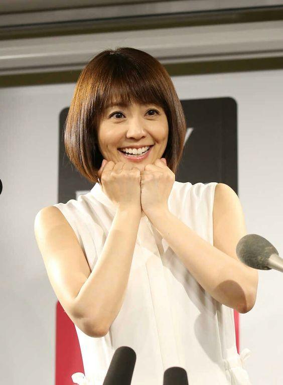 小林麻耶かわいいお決まりポーズでインタビューに答える画像
