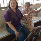 Aprendendo a fiar, com a Sra. Genesí, uma pérola de sabedoria nesta arte, neste  rincão de Minas Gerais!