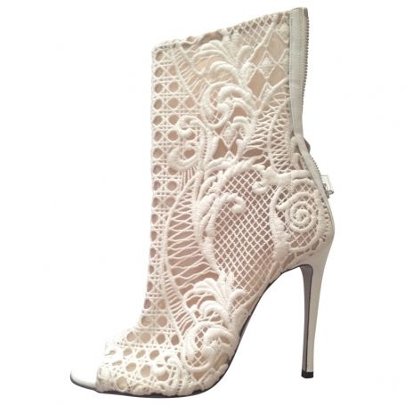 Balmain white lace booties , worn once , in excellent condition no marks to upper , size 38.5<br /> Imballaggio: Scatola di scarpe