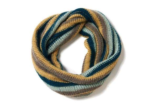 Diesen Loop mit Streifen stricken wir in warmen Grün-Gelb-Tönen. Der Schlauchschal wirkt plastischer durch seine verschränkten Maschen.