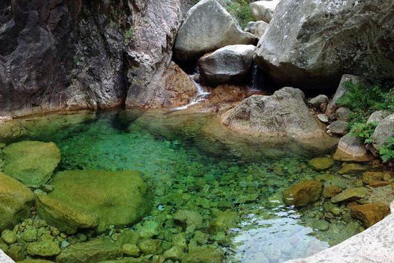 Piscines naturelles et petites vasques du Massif de Bavella. Des bassins naturels creusés dans la roche qui offrent des eaux aussi limpides que revigorantes