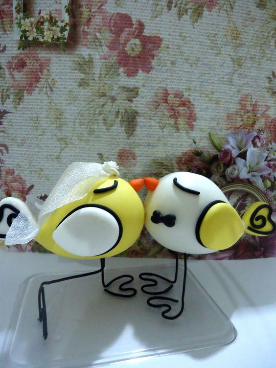 Topo de bolo passarinhos na cor amarela à pronta entrega. Modelado a mão. Pronta entrega. Podendo também serem feitas encomendas de outras cores.