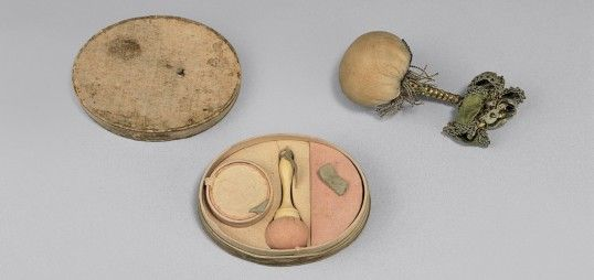 Queen Louise's set of make up powder.