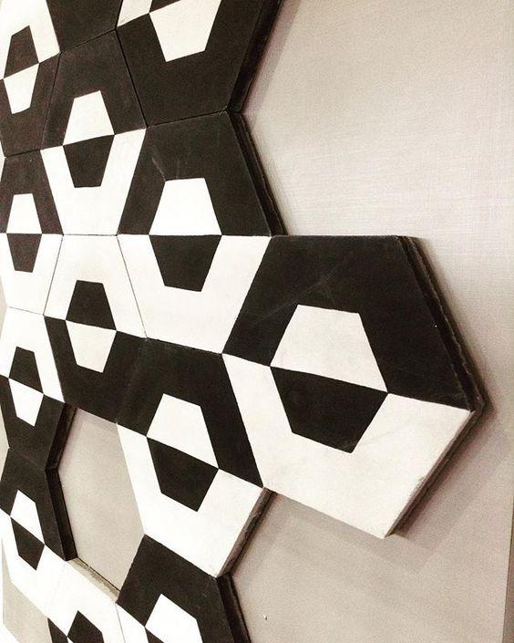 Preto no branco! O hexagonal ladrilho hidráulico Calu Six Branco. #decortiles #deeplove #blackwhite #hexagonal #ladrilhohidraulico #ladrilho #interiores #calu #calufontes