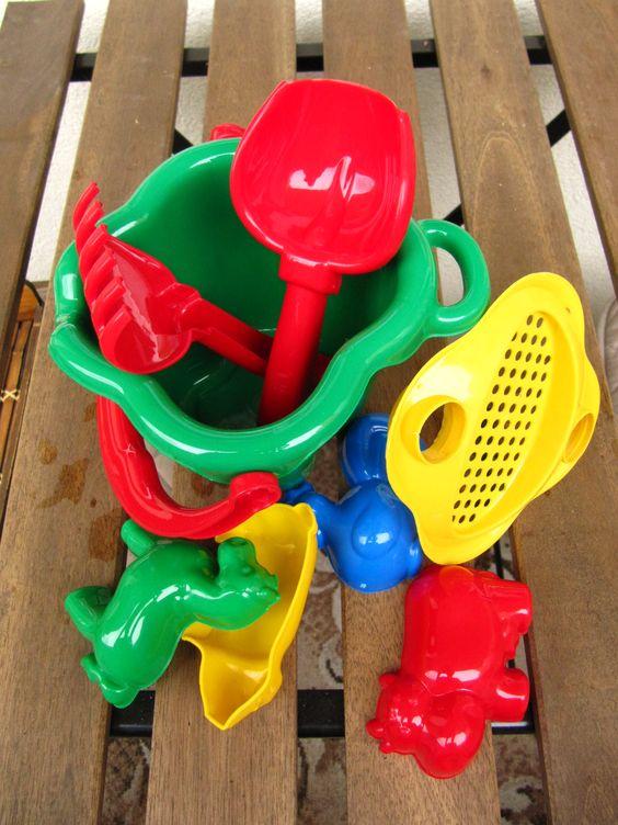 Ne, nespletla jsem se, opravdu to k žížalám patří. :-) Byť se může zdát naše nářadí k vermikompostéru trochu dětinské, kde jinde než mezi hračkami snadno najdete malé hrabičky, které žížalám neublíží.