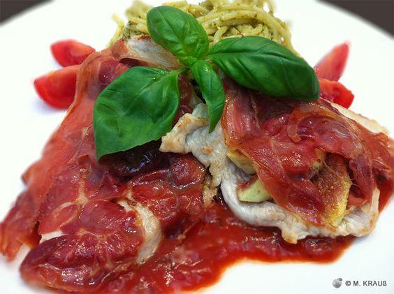 Putensteak mit Feigen und Parmaschinken auf fruchtiger Tomatensoße und Spaghetti al Pesto | Mein Rezept der Woche