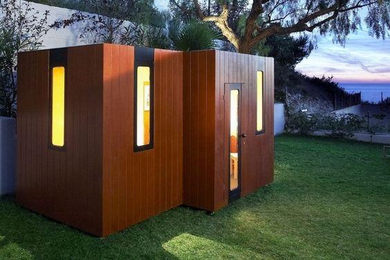 """Inspirada na arquitetura moderna dos países nórdicos, a casa de bonecas Hobikken Twin, da Smartplayhouse (www.smartplayhouse.com), é estruturada em madeira e tem dois cômodos. O preço do """"imóvel"""" com as dimensões 3,04 m x 1,53 m x 1,70 m é 5.390 euros, o que corresponde a R$ 23.208,26 I Valor referente à cotação do dia 27.10.2015"""