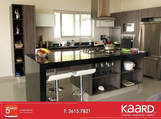 Cocina moderna con granito en cubiertas, espacios decorativos en ...