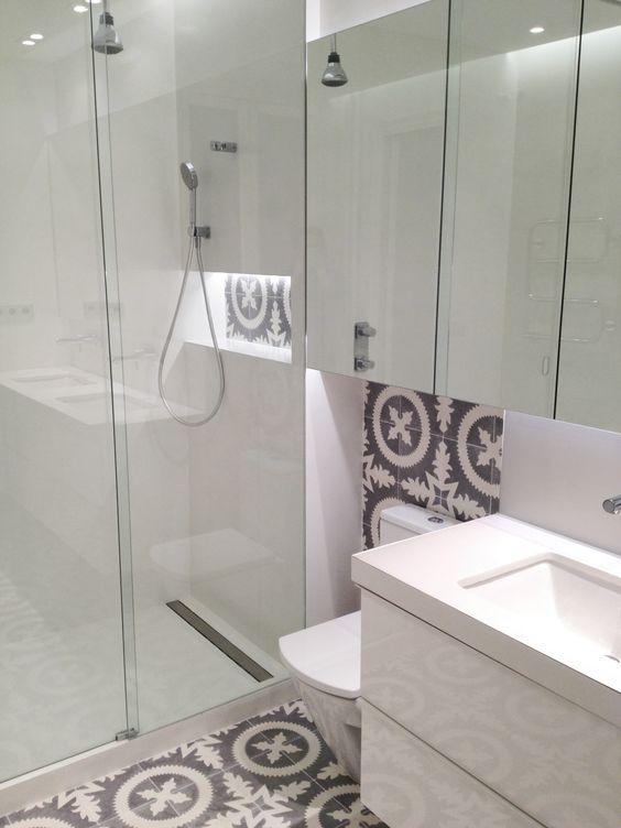 Baño Microcemento Blanco:Cuarto de baño en microcemento blanco y baldosa hidráulica Mampara