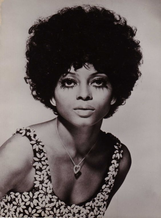 You didn't know this until you saw this photo of Diana Ross in 1970: we all need these eye lashes! With those lovely pale lips and hair: smouldering.